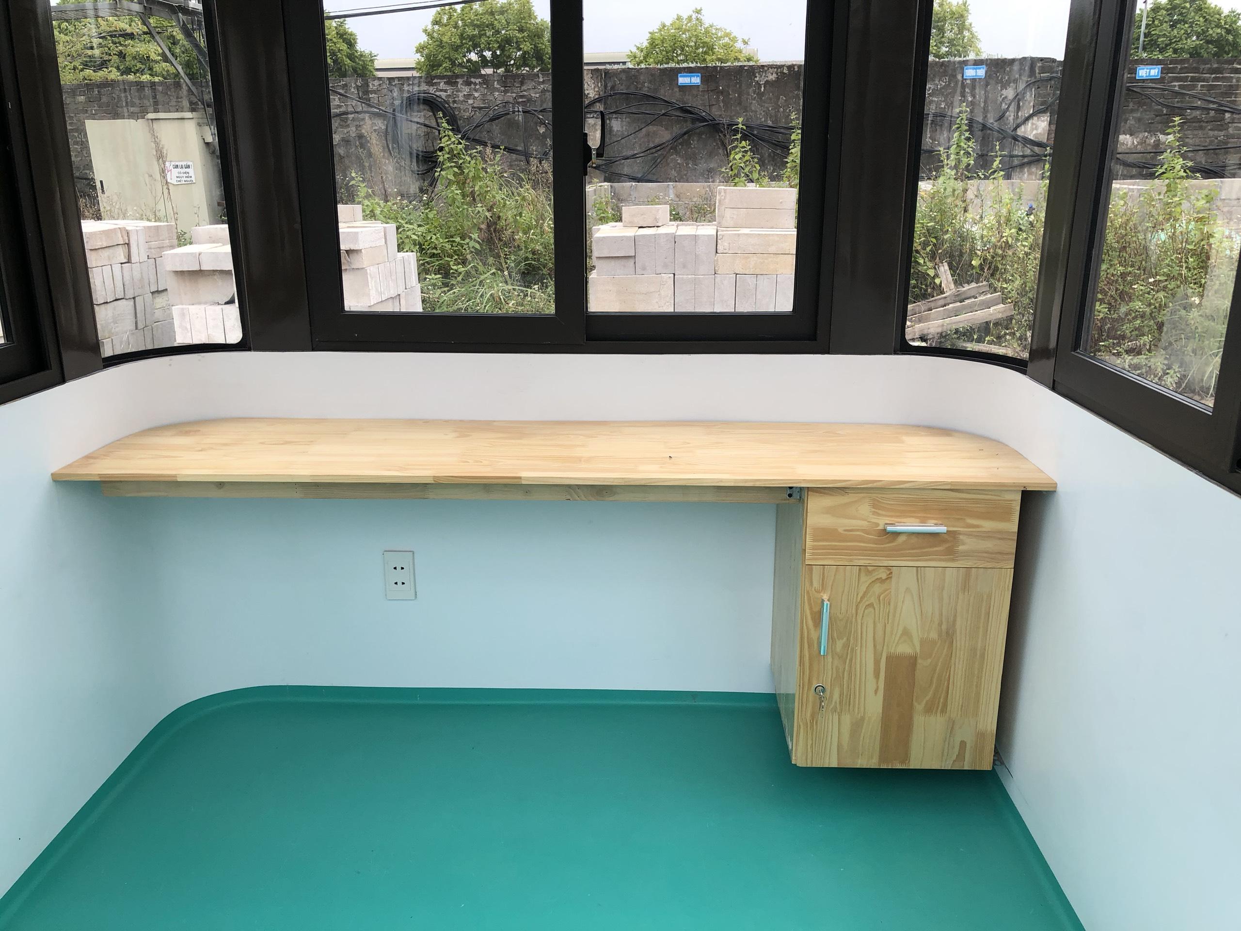 Nhà bảo vệ VS2x2 cũng được trang bị bàn làm việc bằng gỗ tự nhiên